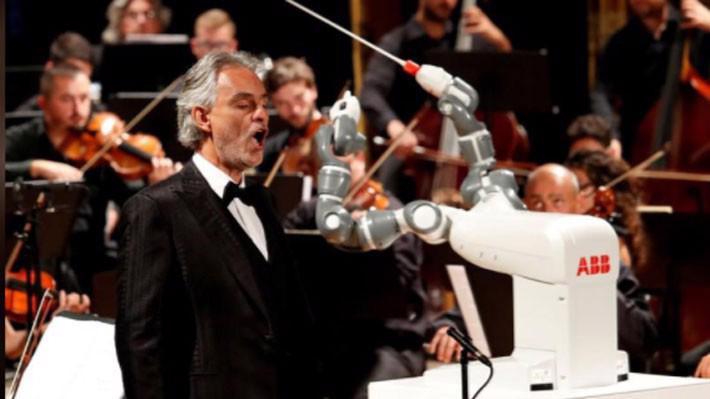 Robot YuMi của ABB chỉ huy một dàn nhạc giao hưởng ở Pisa, Italy, tháng 12/2017 - Ảnh: Reuters.