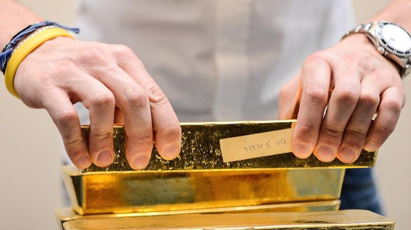 Mốc 1.200 USD/oz đang trở nên mong manh khi đồng USD tăng giá mạnh gây áp lực mất giá lên vàng thế giới - Ảnh: Getty/MarketWatch.