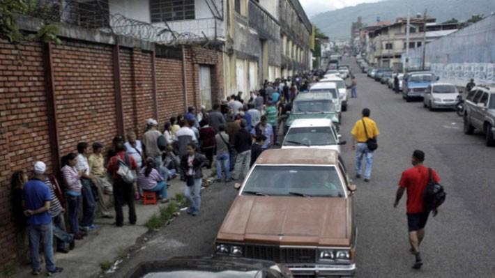 Người dân xếp hàng chờ mua xăng tại một trạm xăng ở San Cristobal, Venezuela, hôm 10/11 - Ảnh: Reuters.