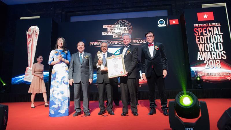 Ngài Budiarsa Sastrawinata - Tổng giám đốc Ciputra Hanoi (đứng giữa) đón nhận giải thưởng.