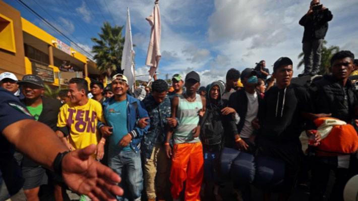 Những người di cư từ Trung Mỹ đang tiến về một chốt kiểm soát biên giới Mexico-Mỹ ngày 22/11 - Ảnh: Reuters.