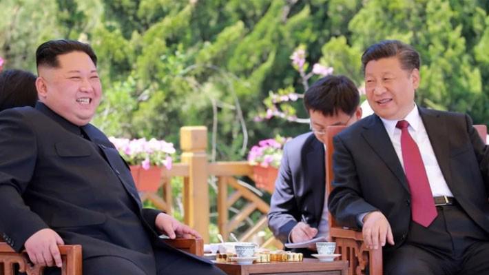 Nhà lãnh đạo Triều Tiên Kim Jong Un (trái) và Chủ tịch Trung Quốc Tập Cận Bình trong một cuộc gặp diễn ra ở Trung Quốc năm 2018 - Ảnh: KCNA/SCMP.