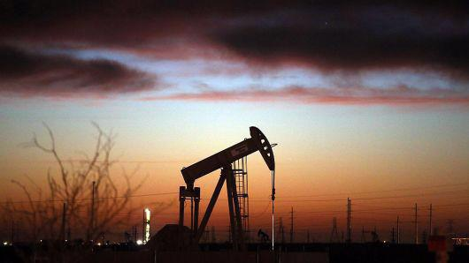 Nỗi lo về tình trạng thừa cung dầu toàn cầu đang phủ bóng lên cuộc họp sắp tới của OPEC - Ảnh: Getty/CNBC.
