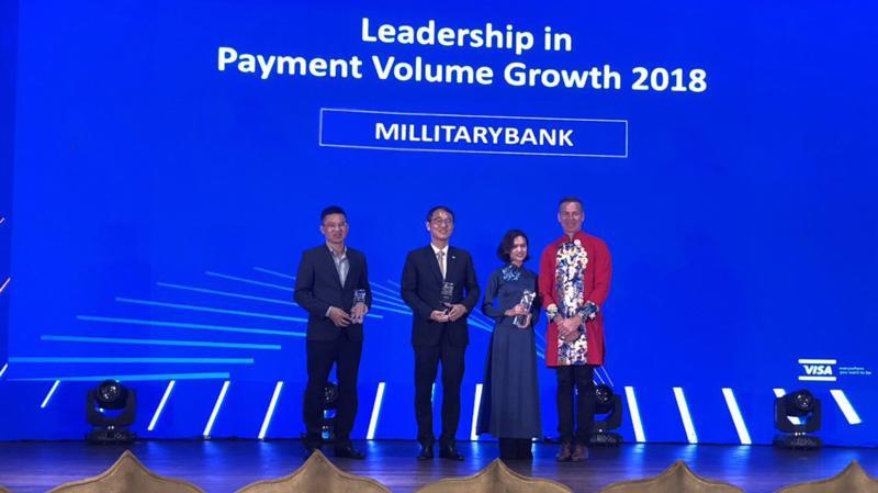 Ông Nguyễn Bá Tuyến - Giám đốc Trung tâm Kinh doanh thẻ MB nhận giải thưởng từ ông Stephen Karpin - Giám đốc khu vực Đông Nam Á.