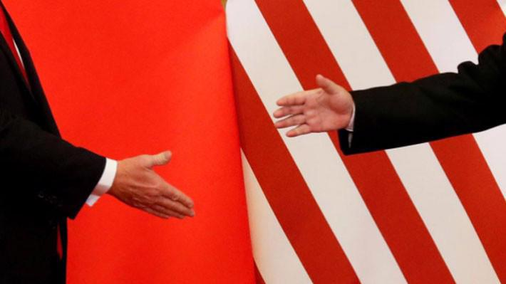 Tổng thống Mỹ Donald Trump và Chủ tịch Trung Quốc Tập Cận Bình đưa tay ra bắt tại Đại lễ đường Nhân dân ở Bắc Kinh, tháng 11/2017 - Ảnh: Reuters.