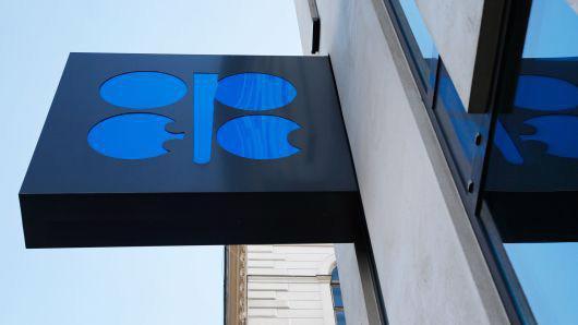 Logo của OPEC bên ngoài trụ sở của khối này ở Vienna, Áo - Ảnh: Reuters/CNBC.
