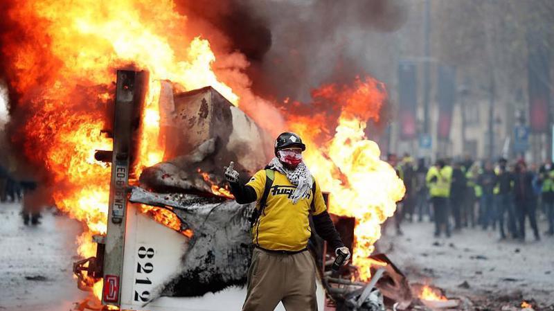Biểu tình phản đối tăng thuế xăng dầu trên đường phố Paris - Ảnh: Getty.