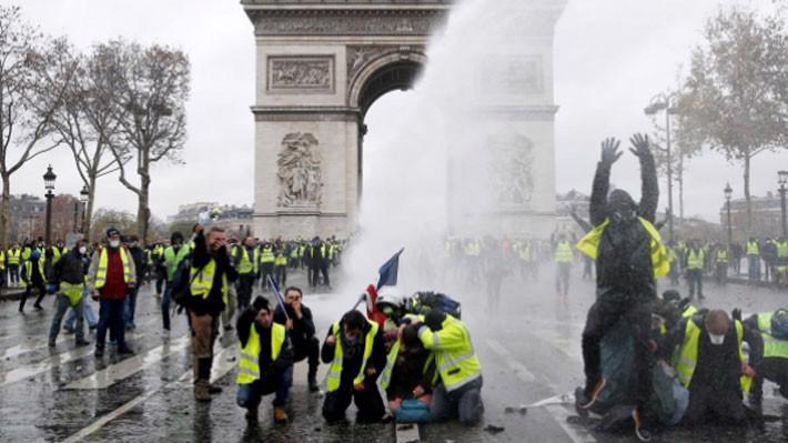 Biểu tình dưới chân Khải hoàn môn ở Paris hôm 1/12 - Ảnh: Reuters.