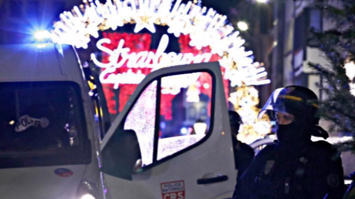 Cảnh sát có mặt tại hiện trường vụ tấn công ngày 11/12 gần chợ Giáng sinh ở Strasbourg, Pháp - Ảnh: Reuters.