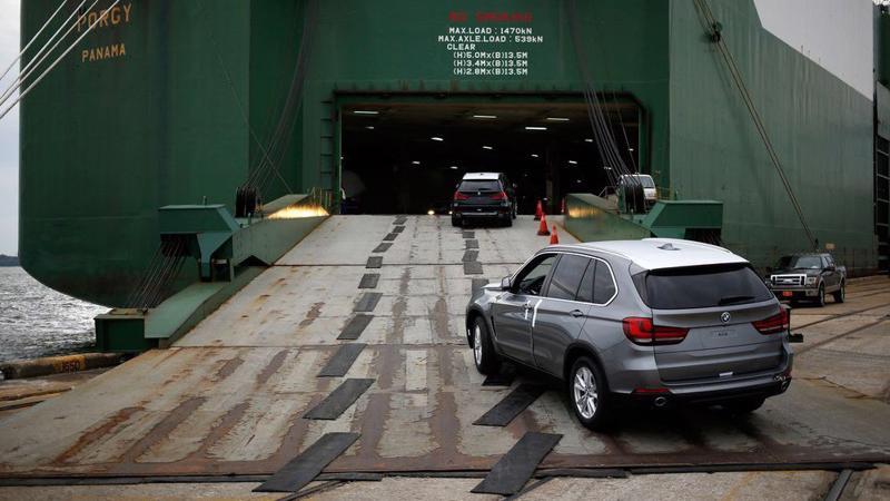 Xe hơi lắp ráp tại Mỹ được chuyển lên tàu ở cảng Charleston - Ảnh: Bloomberg.