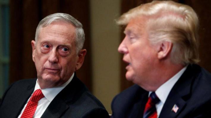 Bộ trưởng Bộ Quốc phòng Mỹ Jim Mattis (trái) và Tổng thống Donald Trump - Ảnh: Reuters.