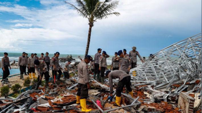 Lực lượng cứu hộ Indonesia tìm kiếm các nạn nhân trận sóng thần, ngày 24/12 - Ảnh: Reuters.