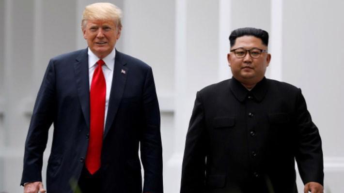 Tổng thống Mỹ Donald Trump (trái) và nhà lãnh đạo Triều Tiên Kim Jong Un trong cuộc gặp ở Singapore, tháng 6/2018 - Ảnh: Reuters.