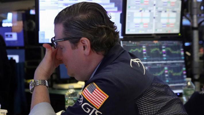 Một nhà giao dịch cổ phiếu trên sàn NYSE ở New York, Mỹ ngày 3/1 - Ảnh: Reuters.