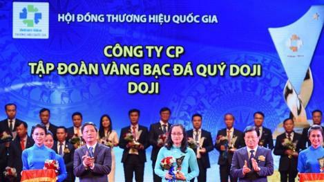 Đại diện Tập đoàn DOJI, Phó tổng giám đốc Lê Thị Hiền lên nhận giải.