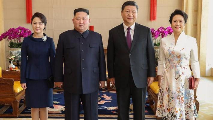 Chủ tịch Trung Quốc Tập Cận Bình (thứ hai từ phải qua), nhà lãnh đạo Triều Tiên Kim Jong Un (thứ hai từ trái qua) cùng hai vị đệ nhất phu nhân trong cuộc gặp ở Bắc Kinh ngày 9/1 - Ảnh: Tân Hoa Xã.