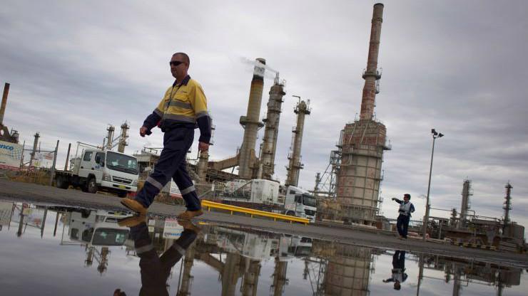 Thị trường dầu đang chịu áp lực giảm từ tình trạng dư cung, nhưng được hỗ trợ bởi thỏa thuận giảm sản lượng của OPEC và hy vọng về đàm phán Mỹ-Trung - Ảnh: Reuters.