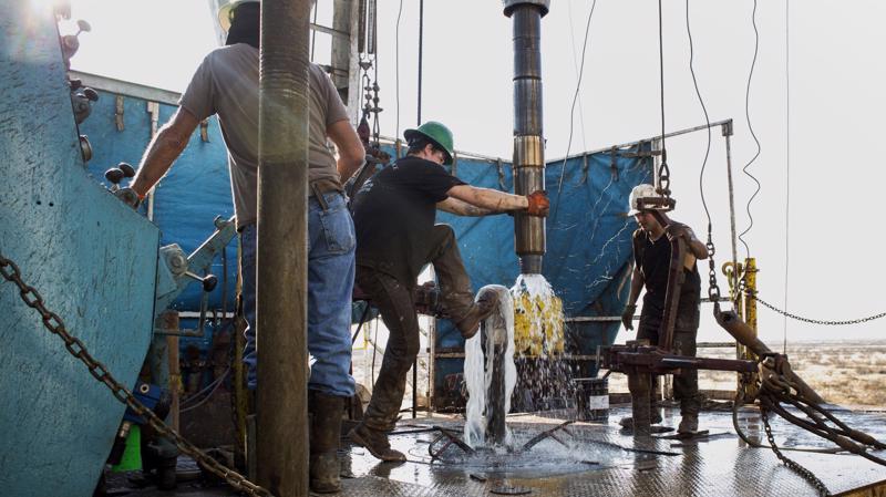 Công nhân làm việc trên một mỏ dầu đá phiến ở vùng Permian, bang Texas của Mỹ - Ảnh: Bloomberg/CNBC.