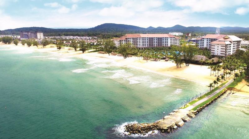 Tổ hợp nghỉ dưỡng Grand World nằm tại khu vực Bãi Dài, một trong 20 bãi biển hoang sơ đẹp nhất châu Á do CNN bình chọn.