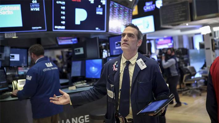 Một nhà giao dịch trên sàn NYSE ở New York, Mỹ - Ảnh: Reuters.