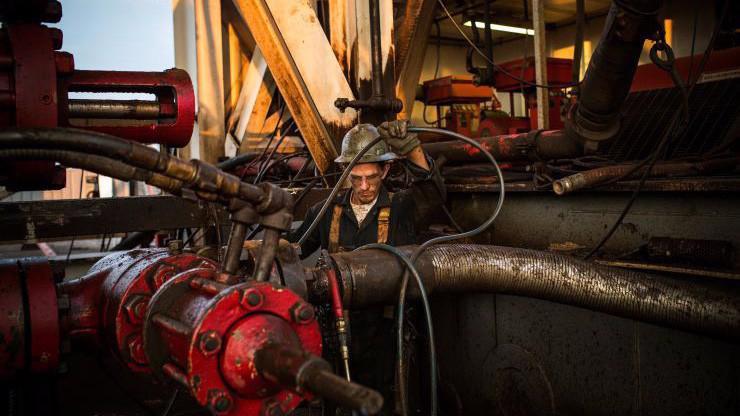 Hiện tại, nguồn cung dầu toàn cầu vẫn đang dồi dào, một phần nhờ sản lượng dầu tăng mạnh của Mỹ - Ảnh: Getty/CNBC.