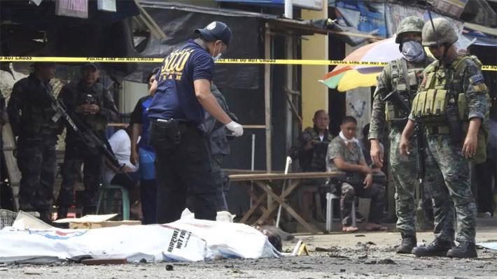 Lực lượng cảnh sát và quân đội có mặt tại hiện trường vụ đánh bom nhà thờ ở Jolo, Philippines vào ngày 28/1 - Ảnh: AP.