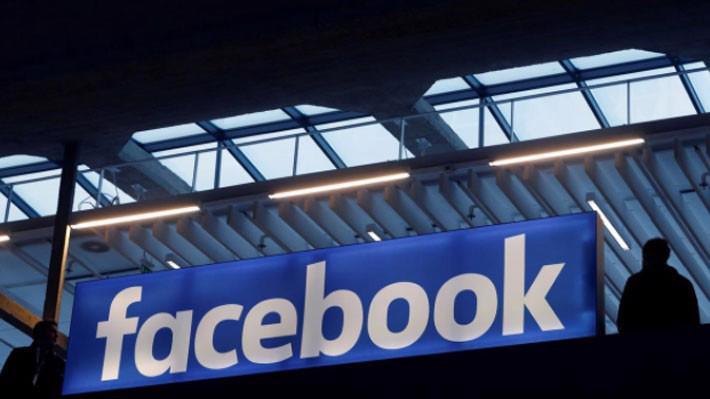 Giá cổ phiếu Facebook đẫ giảm 1/3 kể từ tháng 7 năm ngoái, khi công ty này lần đầu cảnh báo về sự giảm tốc tăng trưởng doanh thu và tỷ suất lợi nhuận ròng - Ảnh: Reuters.