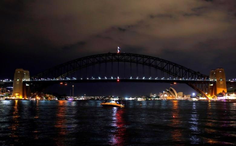 Cầu cảng Sydney trong Giờ Trái Đất hôm 25/3 - Ảnh: Reuters.<br>