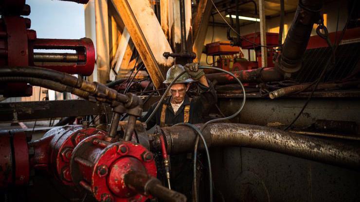 Giá dầu thế giới đang giằng co do tác động của những yếu tố trái chiều - Ảnh: Getty/CNBC.