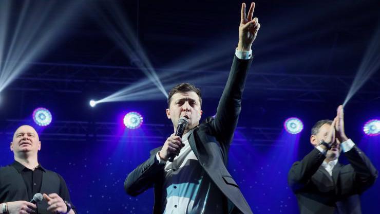 Ông Volodymyr Zelenskiy trong một buổi biểu diễn ở Ukraine hôm 29/3 - Ảnh: Reuters.
