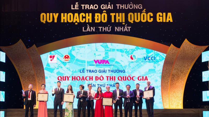 Bà Trần Thị Quỳnh Ngọc – Phó Chủ tịch Tập đoàn Nam Cường (đứng thứ 2 từ trái sang) đại diện Tập đoàn nhận Giải Vàng Giải thưởng Quy hoạch Đô thị Quốc gia cho Khu đô thị Đông, Tây thành phố Hải Dương.