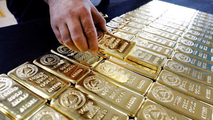 Tỷ giá USD tăng khiến giá vàng quốc tế giảm vì kim loại quý này được định giá bằng USD - Ảnh: Reuters/CNBC.