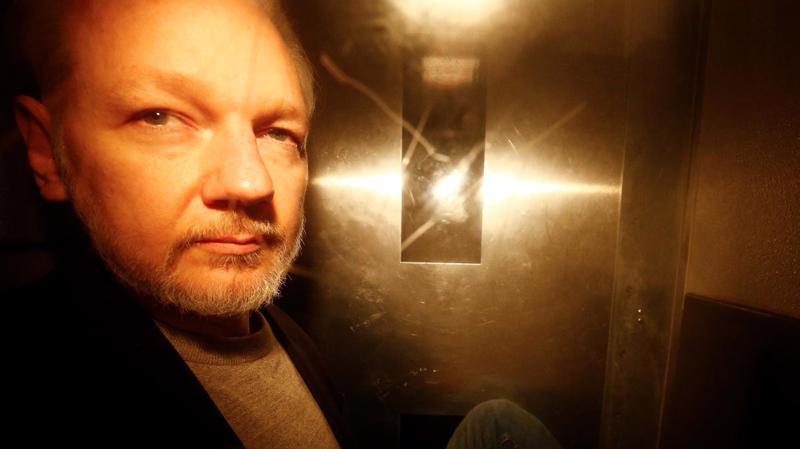 Julian Assange rời tòa án ở London sau khi bị kết án ngày 1/5 - Ảnh: Reuters.