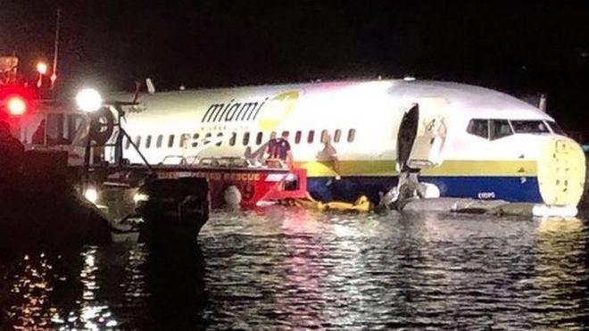 Chiếc máy bay Boeing 737 trượt xuống sông ở Florida, Mỹ ngày 3/5 - Ảnh: Getty/BBC.