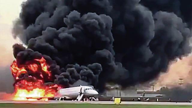 Chiếc máy bay chở khách bốc cháy sau khi hạ cánh khẩn cấp ở Moscow ngày 5/5.