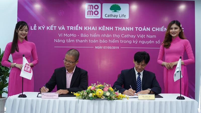 Ông Phạm Thành Đức - Tổng giám đốc Ví điện tử MoMo và ông Eric Wu - Phó tổng giám đốc Cathay Việt Nam tại buổi lễ ký kết.
