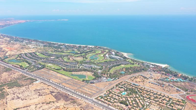 Silver Beach Phan Thiết Resort là 1 trong 2 resort hiếm hoi của Phan Thiết sở hữu 2 mặt tiền là 2 cung đường huyết mạch của thành phố: Võ Nguyên Giáp và Nguyễn Thông.
