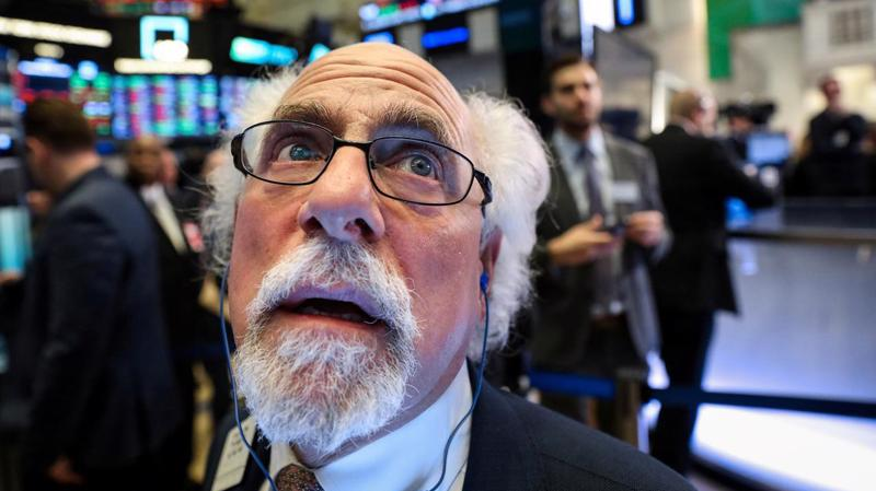 Một nhà giao dịch cổ phiếu trên sàn NYSE ở New York, Mỹ - Ảnh: Reuters.