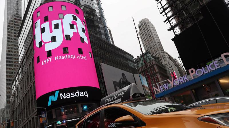Logo của Lyft xuất hiện trên màn hình bên ngoài sàn giao dịch Nasdaq ở New York khi Lyft tiến hành vụ IPO hồi cuối tháng 3 - Ảnh: Reuters.