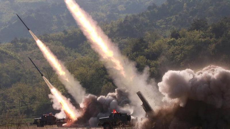 Tên lửa được phóng trong một vụ diễn tập của Triều Tiên. Ảnh do thông tấn trung ương Triều Tiên KCNA công bố ngày 10/5 - Ảnh: Reuters.