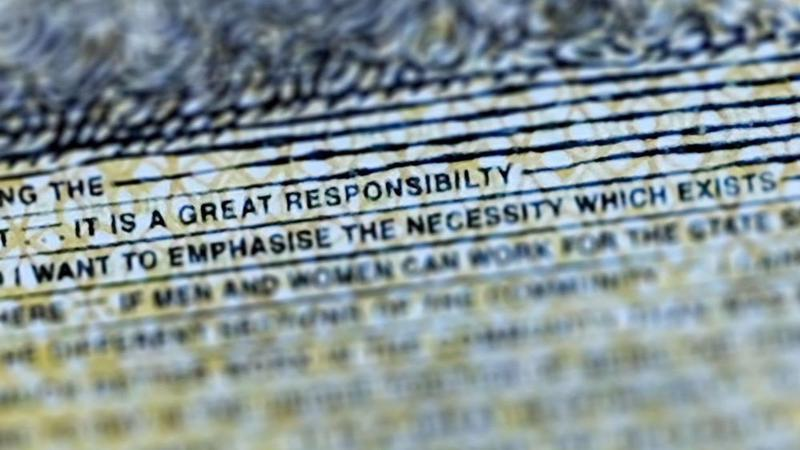 """Ảnh chụp cận chữ """"responsibility"""" có lỗi chính tả trên tờ 50 Đôla Australia - Ảnh: Getty/Bloomberg."""