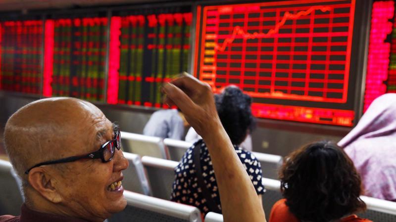 Chứng khoán Trung Quốc tăng điểm dù Mỹ tăng thuế quan - Ảnh: EPA/SCMP.