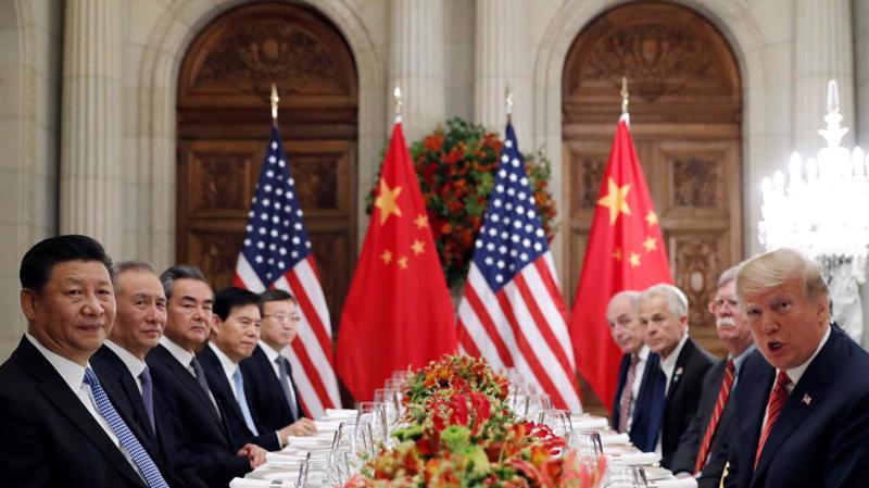 Chủ tịch Trung Quốc Tập Cận Bình (trái) và Tổng thống Mỹ Donald Trump (phải) cùng các quan chức hai nước trong cuộc gặp ở Argentina, tháng 12/2018 - Ảnh: Reuters.
