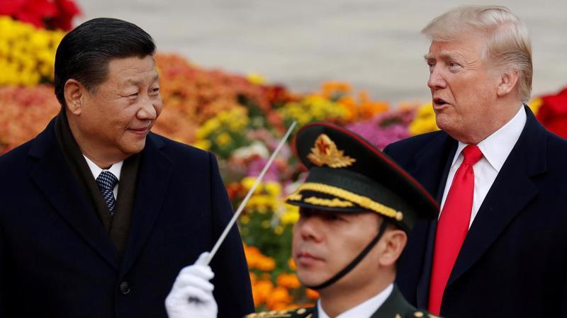 Chủ tịch Trung Quốc Tập Cận Bình (trái) và Tổng thống Mỹ Donald Trump (phải) trong cuộc gặp ở Bắc Kinh tháng 11/2017 - Ảnh: Reuters.