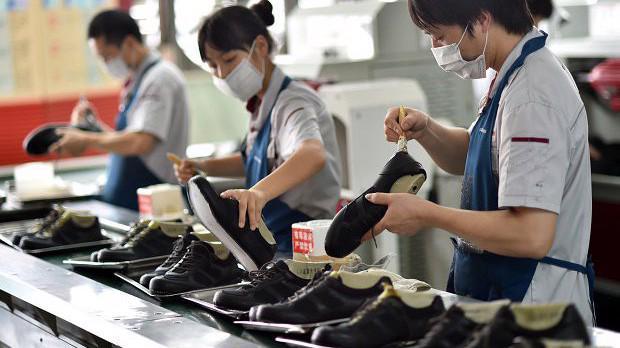 Công nhân trong một nhà máy sản xuất giày ở Chiết Giang, Trung Quốc, năm 2015 - Ảnh: Inquirer.