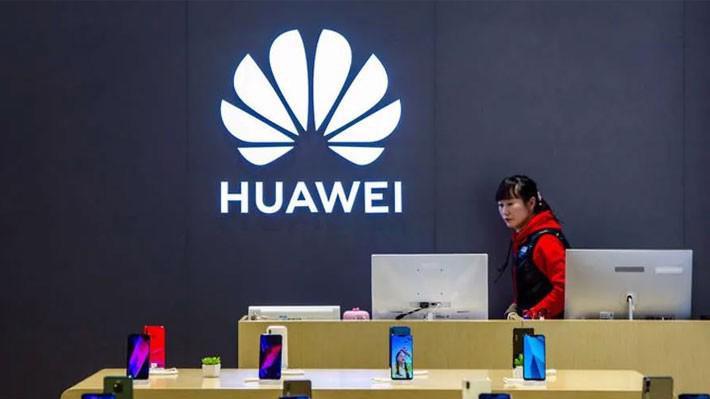 Bên trong một cửa hiệu bán lẻ của Huawei ở Thượng Hải - Ảnh: Reuters.