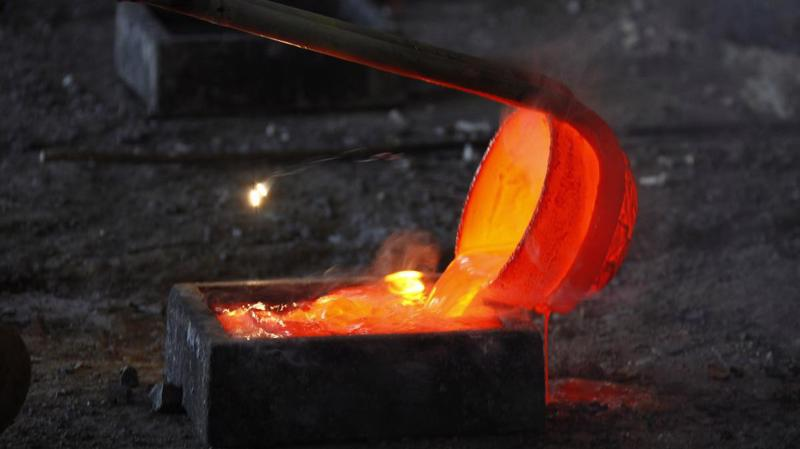 Đất hiếm Lanthanum nóng chảy được đổ vào khuôn tại một xưởng luyện kim ở Nội Mông, Trung Quốc, tháng 10/2010 - Ảnh: Reuters.