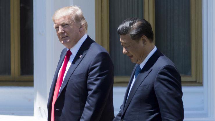 Tổng thống Mỹ Donald Trump (trái) và Chủ tịch Trung Quốc Tập Cận Bình trong cuộc gặp ở Florida, Mỹ, tháng 4/2017 - Ảnh: Getty/CNBC.