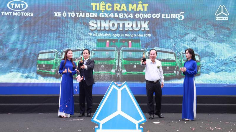 Lãnh đạo công ty cổ phần ô tô TMT, ông Bùi Văn Hữu - Chủ tịch Hội đồng Quản trị và Ngài Tổng giám đốc Tập đoàn Xe tải Sinotruk tại lễ ra mắt.