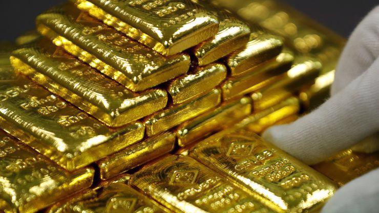 Mấy ngày gần đây, giới đầu tư toàn cầu mua mạnh vàng để phòng ngừa rủi ro, trong bối cảnh chiến tranh thương mại Mỹ-Trung có nguy cơ gây suy thoái kinh tế thế giới - Ảnh: Reuters/CNBC.